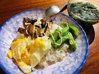 テーブルの上に食べ物のプレートの写真・画像素材[1843844]