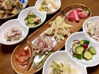 テーブルの上に異なる種類の食べ物が詰まったボウルの写真・画像素材[4364591]