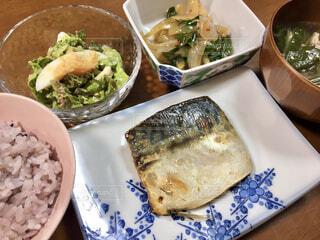 テーブルの上の皿の上に食べ物のボウルの写真・画像素材[4379980]