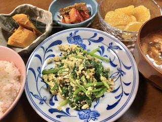 テーブルの上の皿の上に食べ物のボウルの写真・画像素材[4412694]