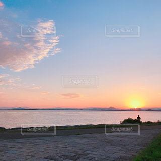 水の体に沈む夕日の写真・画像素材[1120876]
