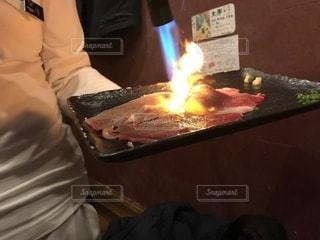 肉寿司をバーナーで焼くの写真・画像素材[1121002]