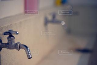 小学校の手洗い場の写真・画像素材[1121590]