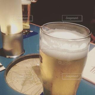 コーヒーやビール、テーブルの上のガラスのカップの写真・画像素材[1121448]