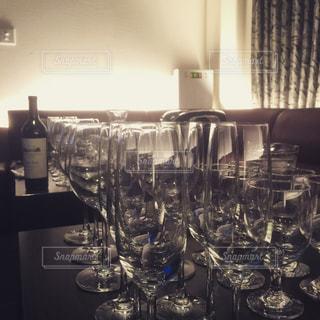 ワイングラスを持つ満たされたテーブルの写真・画像素材[1121524]