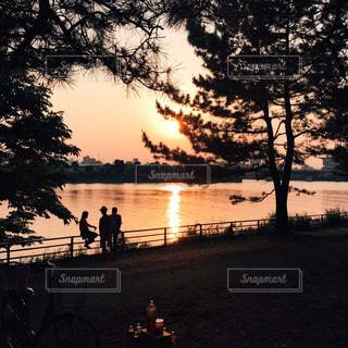 水の体に沈む夕日の写真・画像素材[1121538]