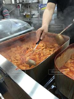 鍋に食糧を準備する人の写真・画像素材[1121574]
