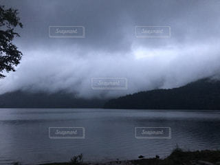 水の体の前に雲の写真・画像素材[1121584]