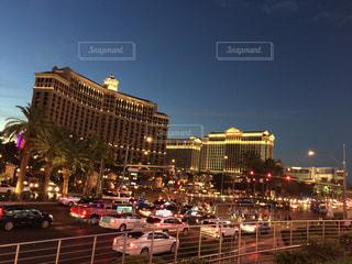 街の通りの人々 のグループは夜のトラフィックでいっぱいの写真・画像素材[1123697]