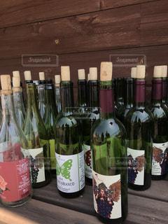 テーブルの上にワインのボトルの写真・画像素材[1143663]