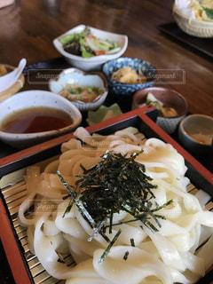 テーブルの上に食べ物のプレートの写真・画像素材[1143664]
