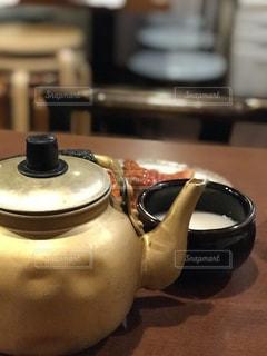 近くにはテーブルに座っている鍋のアップの写真・画像素材[1143665]