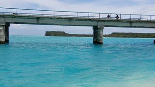 水の体の上の橋の写真・画像素材[1124728]