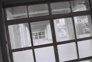 窓から飛んで人の写真・画像素材[1122955]