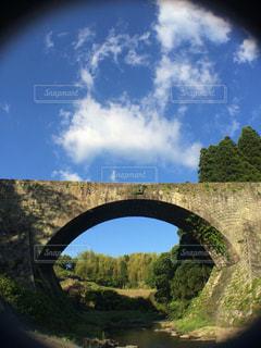 川に橋を渡る列車の写真・画像素材[1123952]