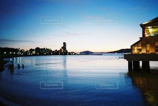水の体の横にボートをドッキングします。の写真・画像素材[1125127]