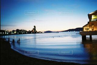 近くに水の体の横に桟橋のアップの写真・画像素材[1125132]
