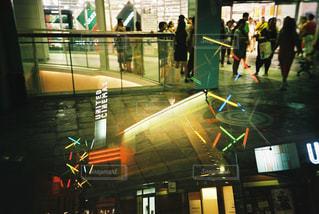 夜の店の前の写真・画像素材[1135068]
