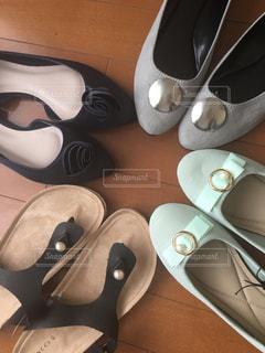 木製のテーブルの上に靴がグループの写真・画像素材[1330232]
