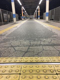 歩道の上の鉄道の写真・画像素材[1330248]