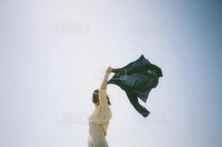 空気中のジャンプ男の写真・画像素材[1330255]