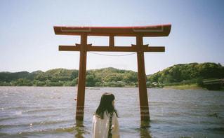 水の体の前に立っている人の写真・画像素材[1330257]