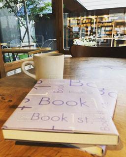 木製テーブルの上に座っている本の写真・画像素材[1443549]