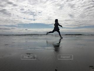 水の中に立っている人の写真・画像素材[1685710]