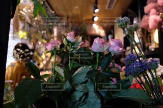 テーブルの上の花の花瓶の写真・画像素材[1853095]