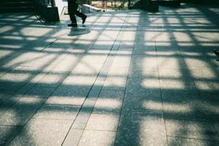 歩道を歩いている人のグループの写真・画像素材[1853394]