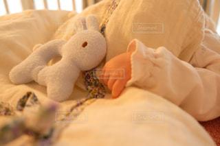 赤ちゃんのベッドの上で横になっています。の写真・画像素材[1872745]