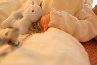 ベッドの上に座っている赤ちゃんの写真・画像素材[1872746]