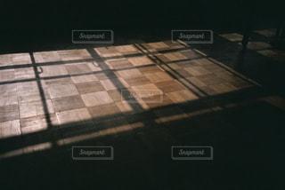 非常に暗い部屋の写真・画像素材[1881789]