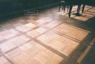 タイル張りの床に人々 のグループの写真・画像素材[1881790]