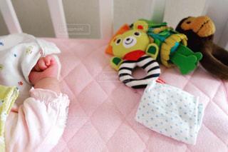 テディベアの隣で眠っている赤ちゃんの写真・画像素材[2096274]