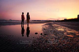 水の体に沈む夕日の写真・画像素材[2096291]