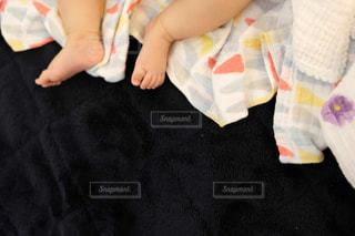 赤ん坊を抱いている手の写真・画像素材[2114620]