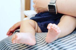 お母さんの膝に座る赤ちゃんの写真・画像素材[2114622]
