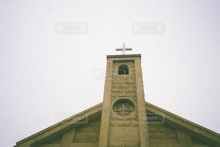レンガ造りの建物の前にある時計台の写真・画像素材[2268887]