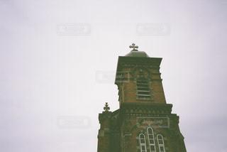 建物の最上部に時計のある大きな高い塔の写真・画像素材[2268888]