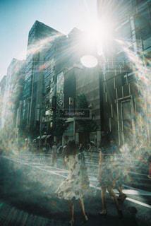街の通りのぼやけた写真の写真・画像素材[2341105]