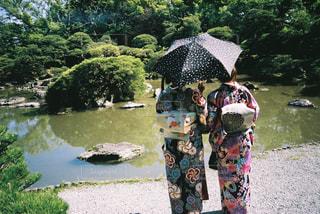 カラフルな傘を持つ人の写真・画像素材[2376379]
