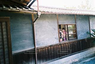 建物の前に立っている人の写真・画像素材[2376383]