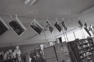 美術室で自家現像プリントを干すの写真・画像素材[2381476]