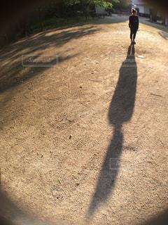 泥道を歩いている男の写真・画像素材[2381490]