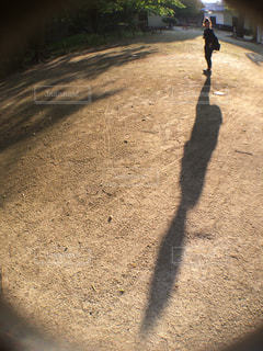 泥道を歩く人の写真・画像素材[2381491]