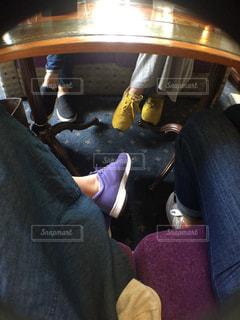 革張りのソファに座っている男の写真・画像素材[2381493]