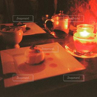 テーブルの上でコーヒーを一杯飲むの写真・画像素材[2381494]