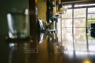 ガラスのドアの写真・画像素材[2381503]