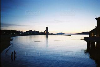 ボートは水域の隣にドッキングされるの写真・画像素材[2381513]